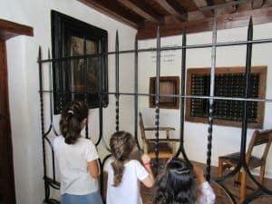 Las monjas recibían sus visitas en los locutorios.