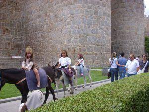 Los niños se lo pasan en grande en el Mercado Medieval de Ávila.