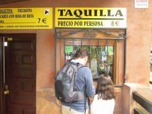 El precio de la entrada a las Cuevas del Águila es de 8 euros.