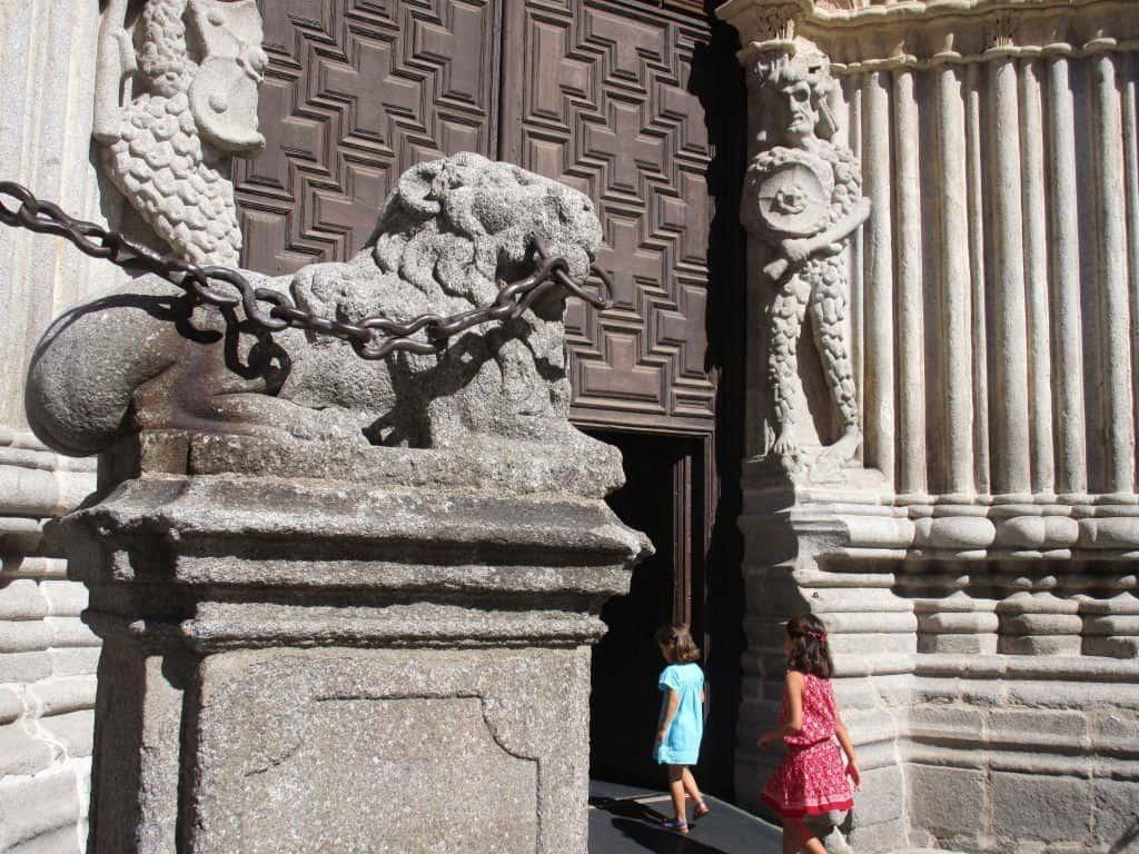 Gog y Magog custodian la entrada de la catedral de Ávila.