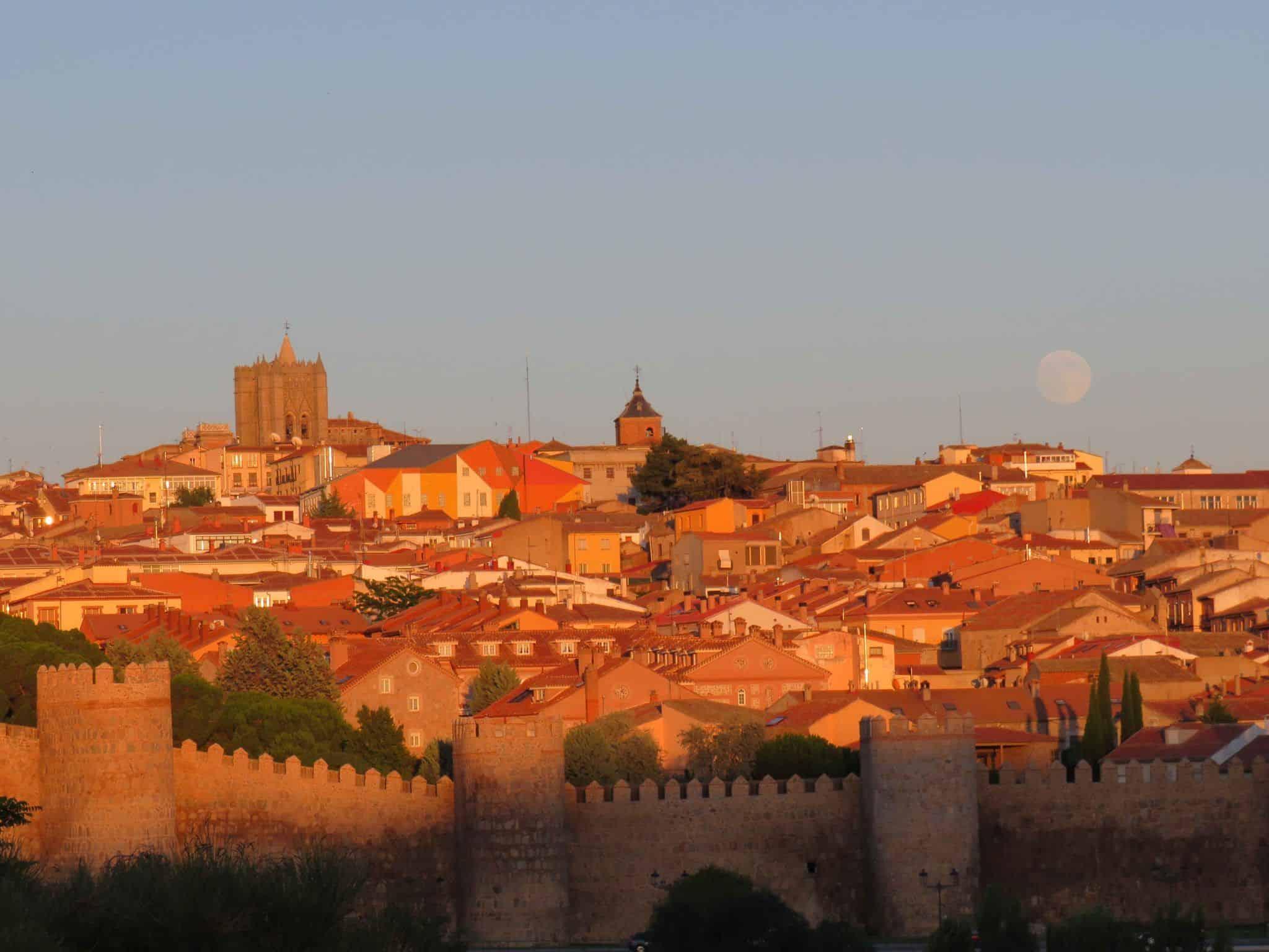 Cinco cosas imprescindibles que hacer en Ávila. Vistas desde los Cuatro postes en Ávila