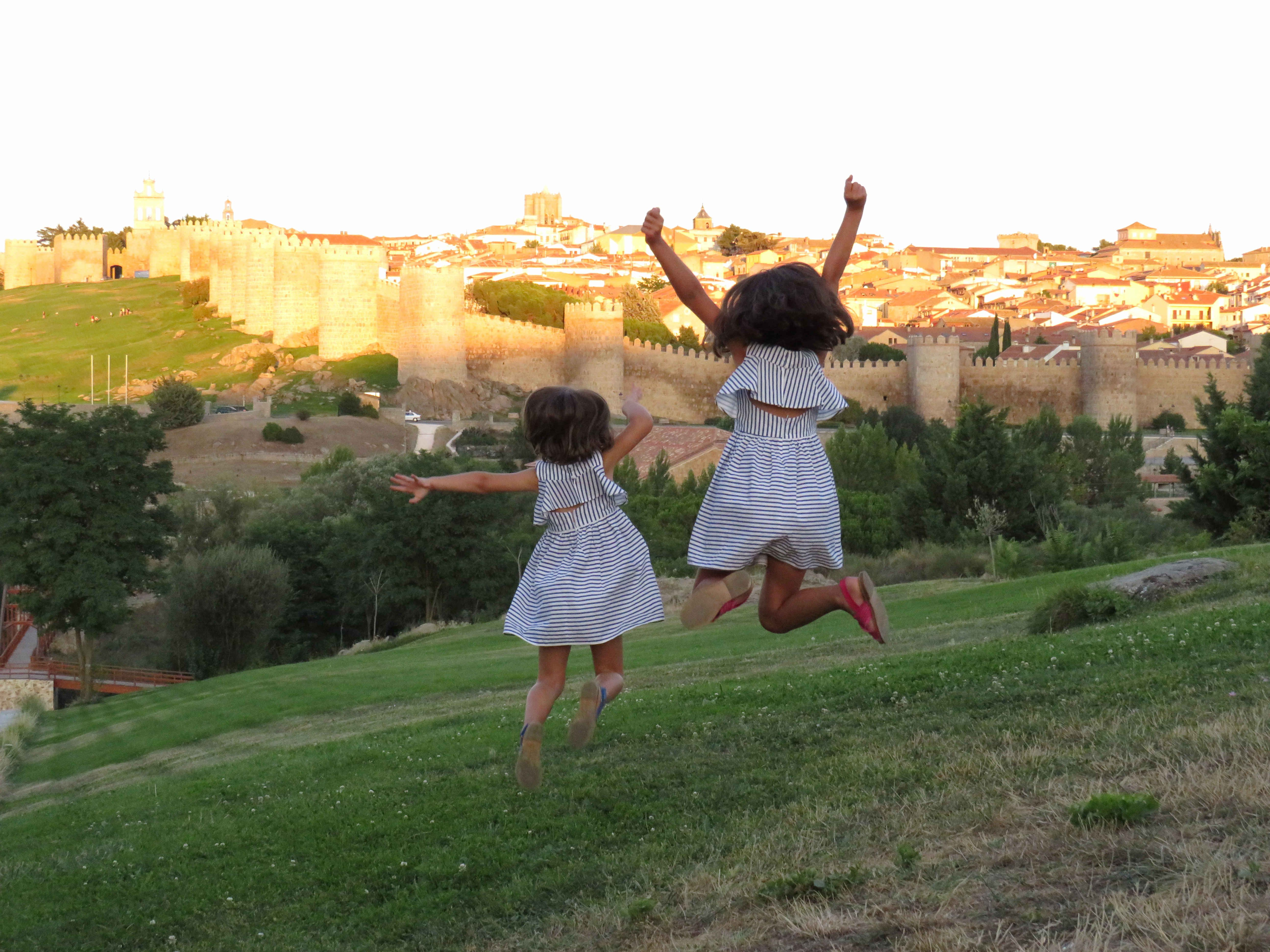 Cinco cosas imprescindibles que hacer en Ávila. Hacerse una foto en los cuatro postes