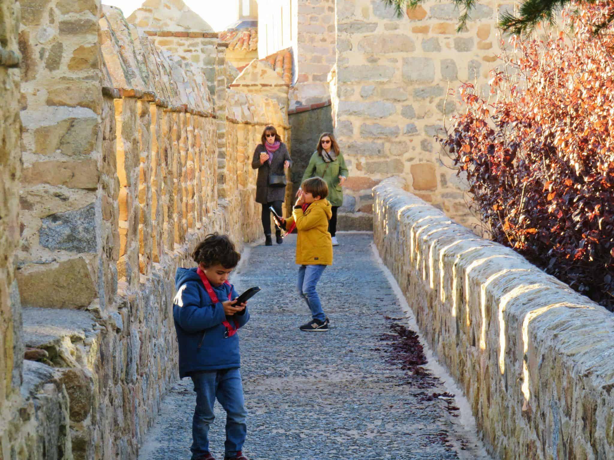 Los niños juegan en la Muralla de Ávila